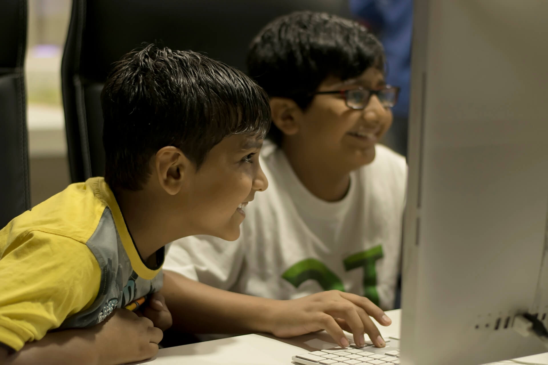 Kids Playing Snakes and Ladders 3D mobile game at TheAppGuruz